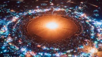 1.5万人聚集荒芜沙漠,只为看一场无人机灯光秀?