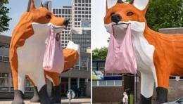 """大黄鸭之父霍夫曼又一心力之作""""Bospolder Fox""""巨型狐狸现身荷兰鹿特丹街头"""